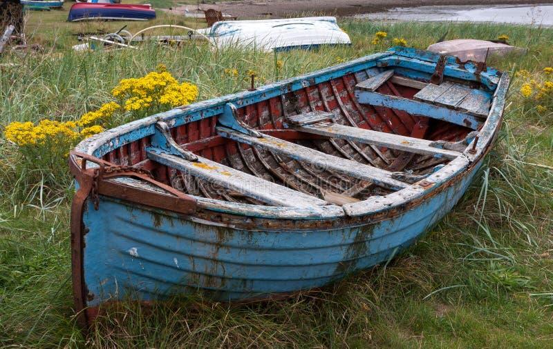 СВЯТОЙ ОСТРОВ, NORTHUMBERLAND/UK - 16-ОЕ АВГУСТА: Старая весельная лодка на стоковое изображение rf