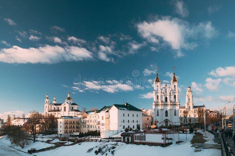Витебск, Беларусь Святой собор предположения, святая церковь воскресения и городская ратуша в вечере зимы Известное историческое стоковые фотографии rf