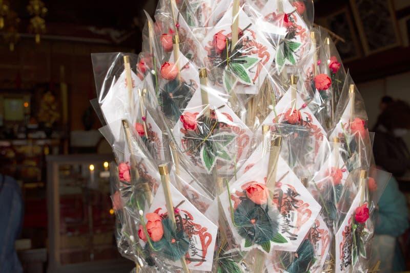 Святой сувенирный магазин талисманов формы талисмана виска Marishiten Tokudaiji для людей покупая в рынке на в Токио, Японии Amey стоковые изображения