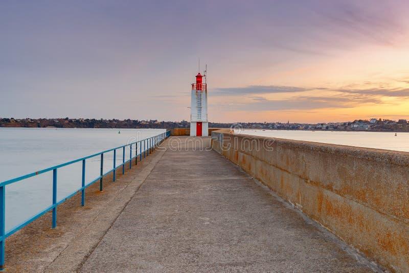 Святой-Malo Волнорез и маяк стоковые изображения rf