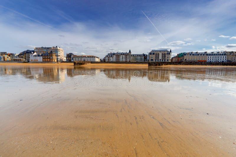 Святой-Malo прилив пляжа низкий песочный стоковая фотография