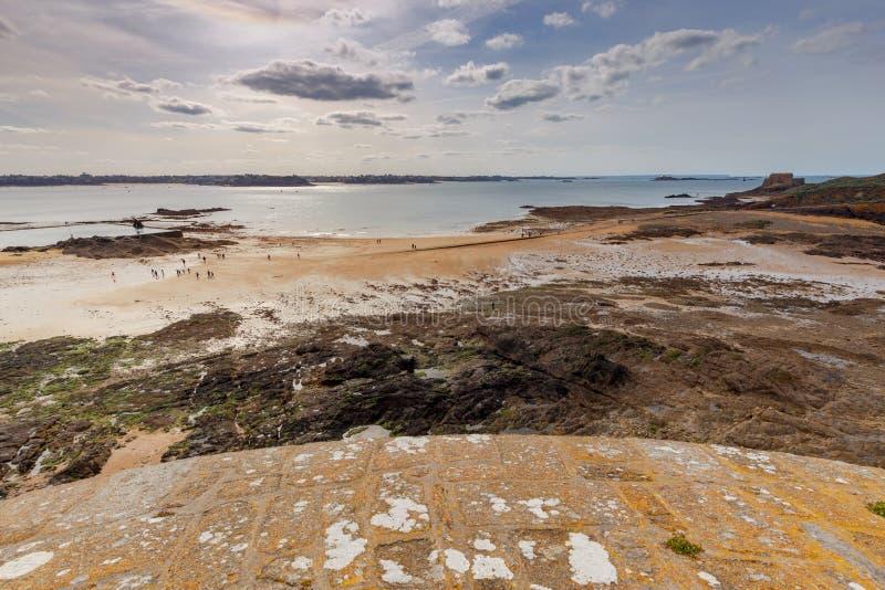 Святой-Malo прилив пляжа низкий песочный стоковые фотографии rf