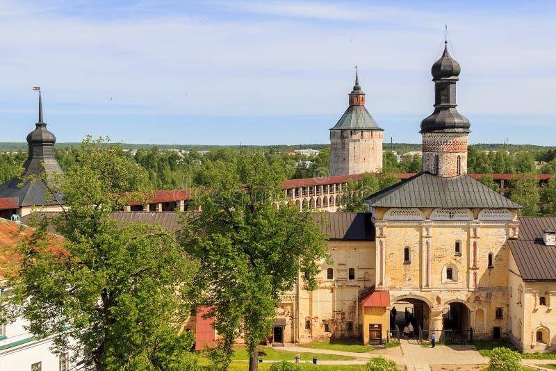 Святые стробы с церковью строба монастыря Kirillo-Belozersky стоковое изображение rf
