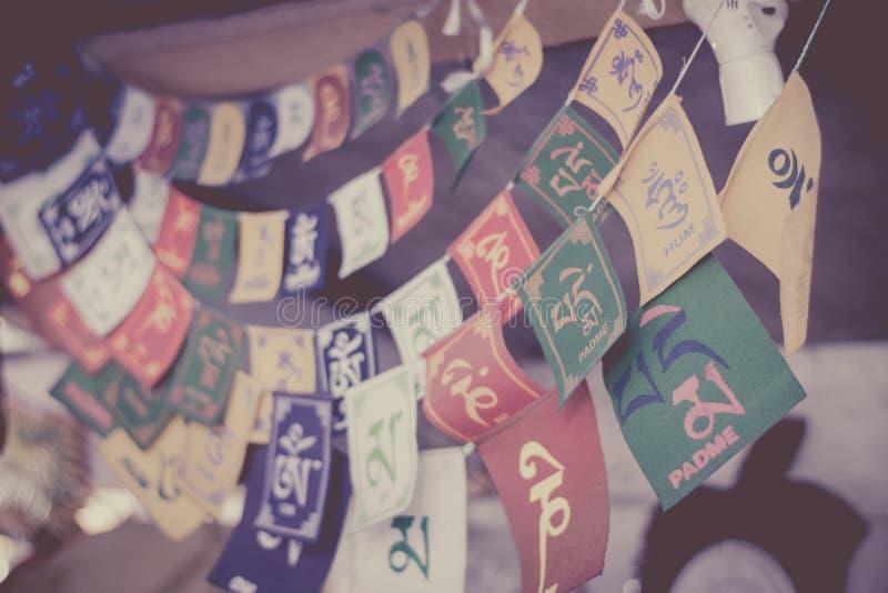 Святые тибетские флаги молитве с shlokas стоковые изображения