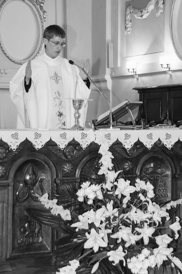 Священник во время церемонии венчания стоковая фотография