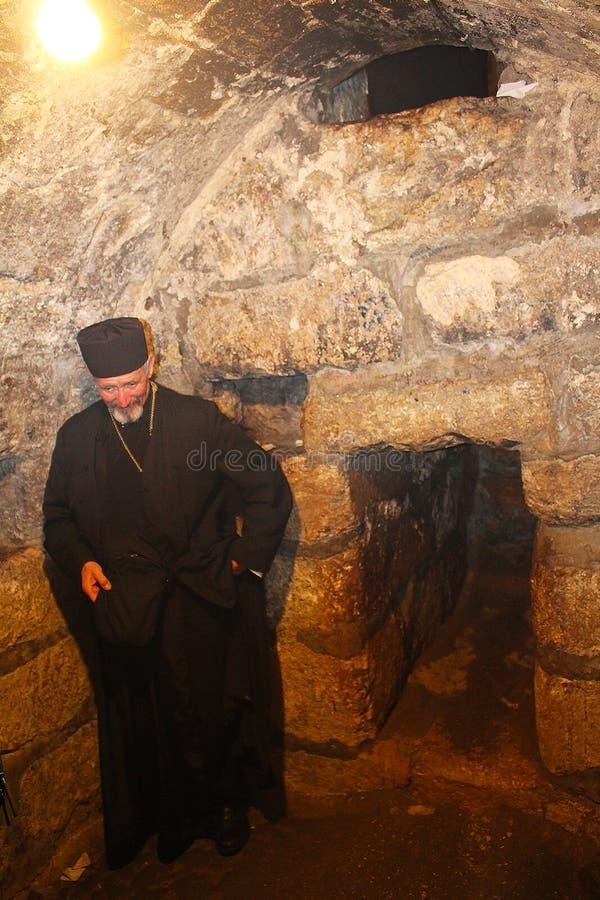 Священник в церков St Лазаря, усыпальнице Лазаря, расположенной в городке западного берега al-Eizariya, Bethany, около Иерусалима стоковое фото rf