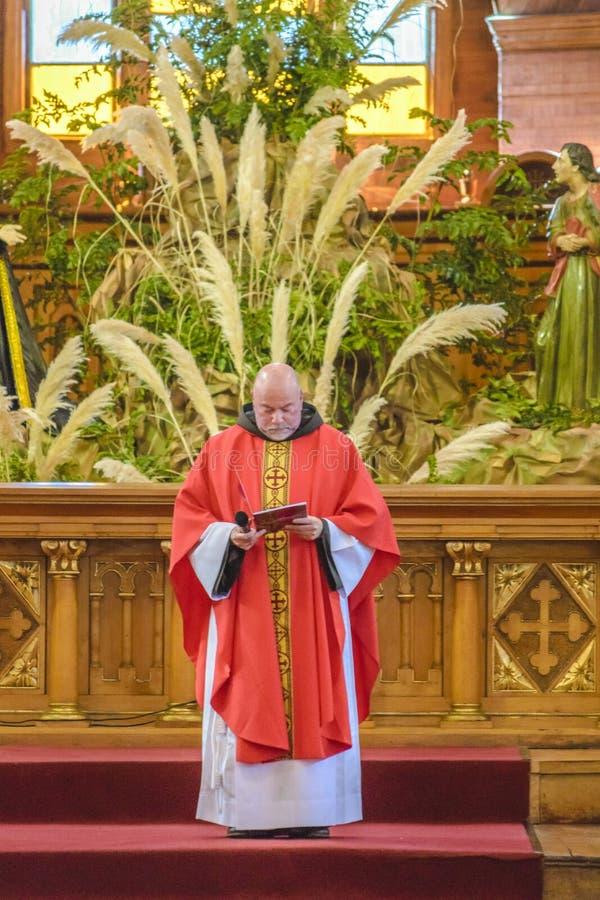 Священник давая массу стоковое изображение rf