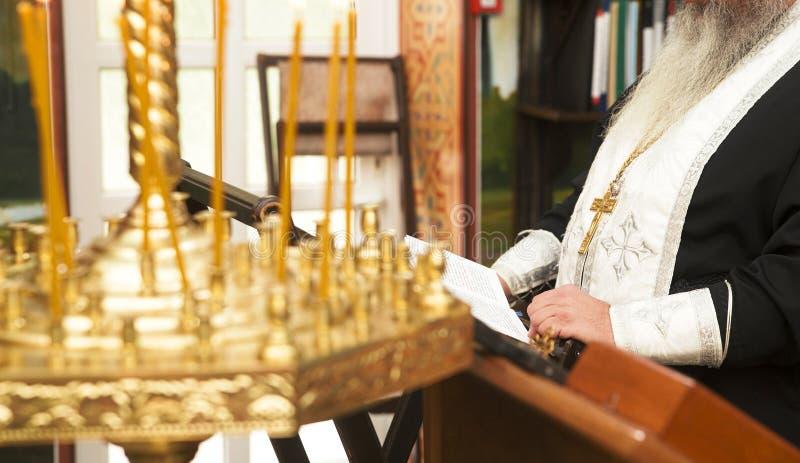 Священник молит стоковые фотографии rf