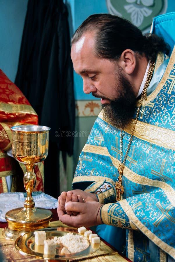 Священник освящает хлеб стоковые фотографии rf