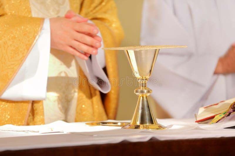 Священник празднует массу на церков стоковая фотография