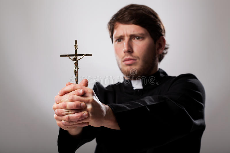 Священник с крестом стоковое изображение rf