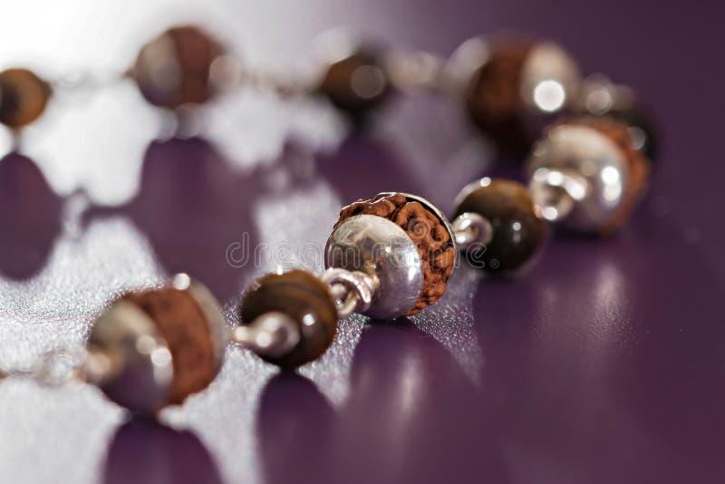 Священный браслет серебра Rudraksha семян стоковое фото