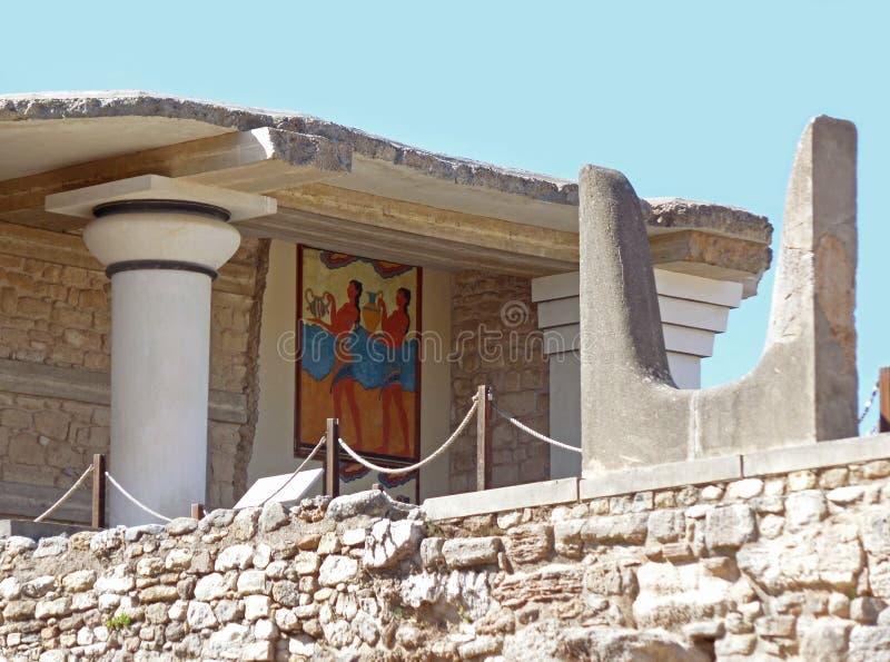 Священный рожок на южном Propylaeum с фреской Чашк-подателя, Knossos на острове Крита стоковые фотографии rf