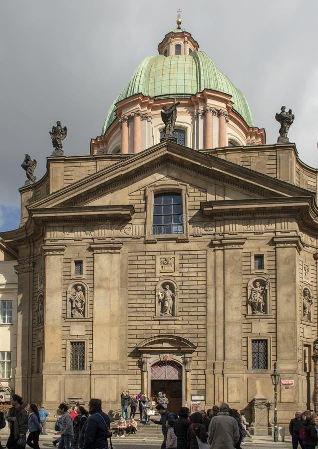 Св. Франциск Св. Франциск церков Assisi, рыцаря перекрестного квадрата, Праги, чехии стоковые фотографии rf