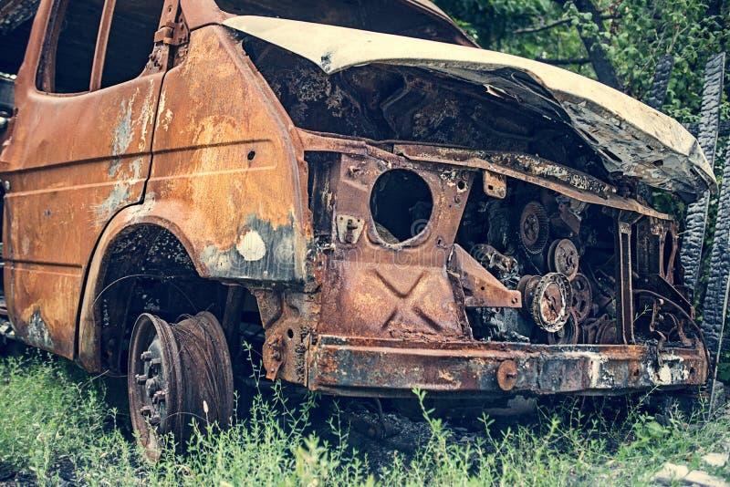 Сгоревший автомобиль Последствия дорожно-транспортного происшествия Повреждено поджогом Машина после пожара стоковые изображения rf