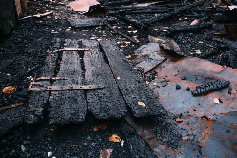 Сгорели дом, руины разрушенного здания огнем, концепцией поджога стоковые изображения
