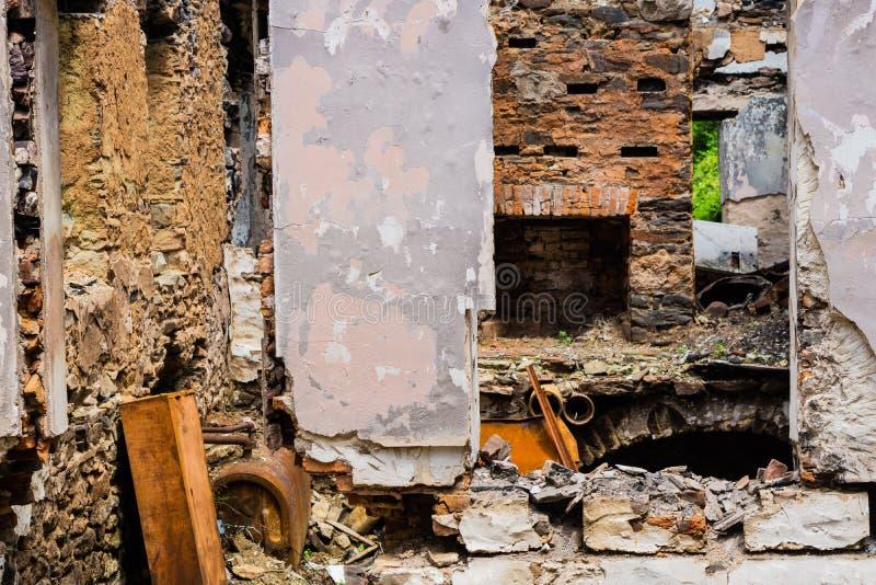 Сгорели покинутый дом в белой заводи глины стоковое изображение rf