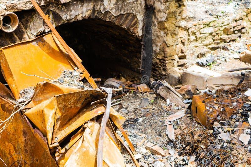 Сгорели покинутый дом в белой заводи глины стоковая фотография rf