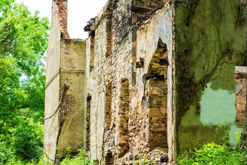 Сгорели покинутый дом в белой заводи глины стоковые фотографии rf