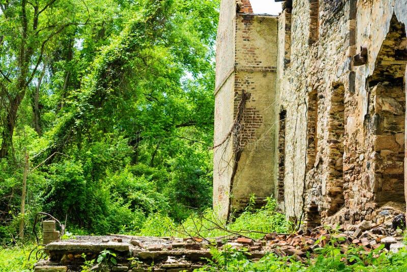 Сгорели покинутый дом в белой заводи глины стоковое изображение