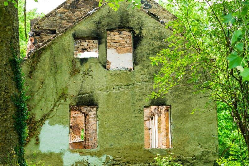Сгорели покинутый дом в белой заводи глины стоковые фото