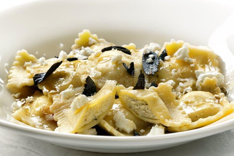 сгорели ravioli сыра масла мудрый стоковая фотография rf