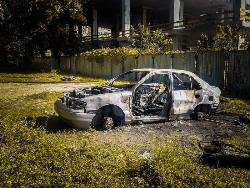 сгорел автомобиль автомобиль поджога сгорели автомобили стоковое изображение