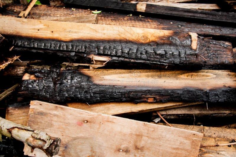 Сгоренные доски лежат на куче Много старых доск стоковые фото