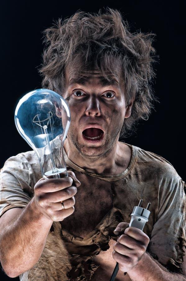 Сгорели человек с электрической лампочкой стоковая фотография rf