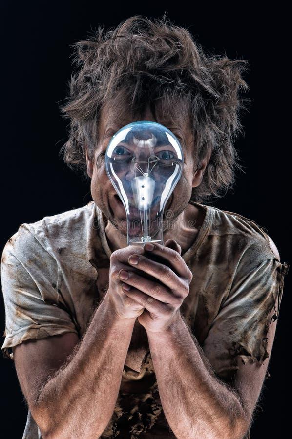 Сгорели человек с электрической лампочкой стоковые фото