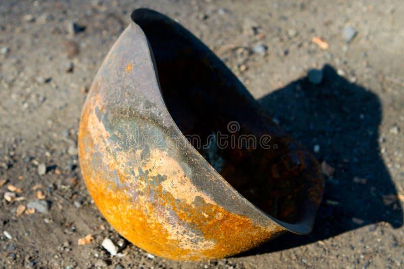 Сгорели шлем армии стоковая фотография