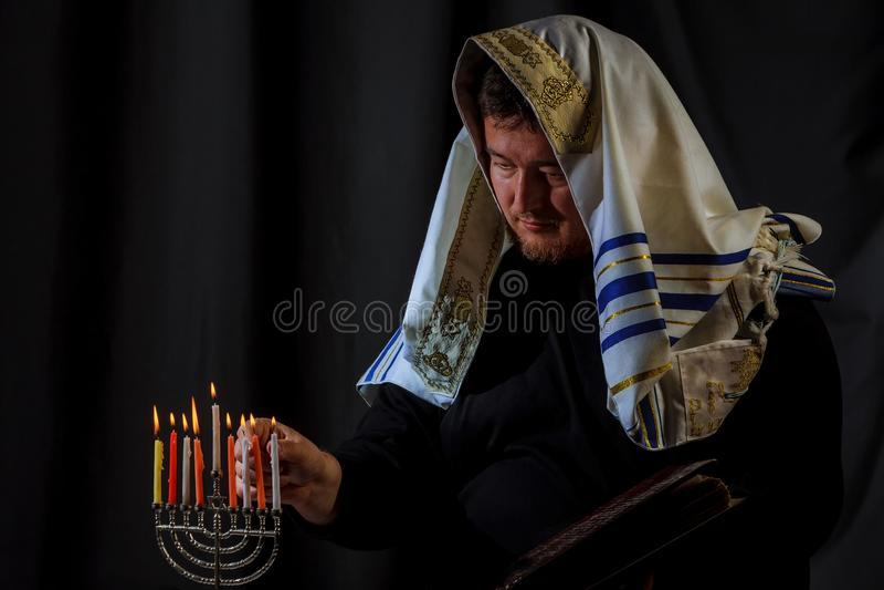 сгорите наблюдать menorah hanukkah торжества свечек еврейский Свечи горя в menorah, укомплектовывают личным составом на заднем пл стоковая фотография rf