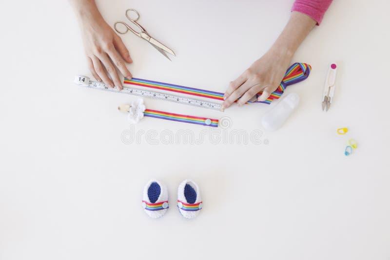 Сделайте домодельные bootees для младенцев стоковые фотографии rf