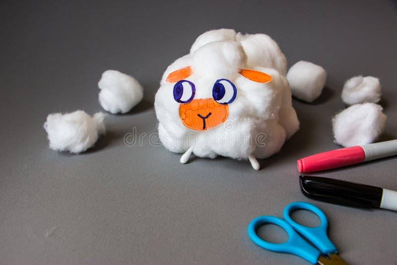 Сделайте его себя handmade милые овцы от шариков хлопка стоковое фото rf