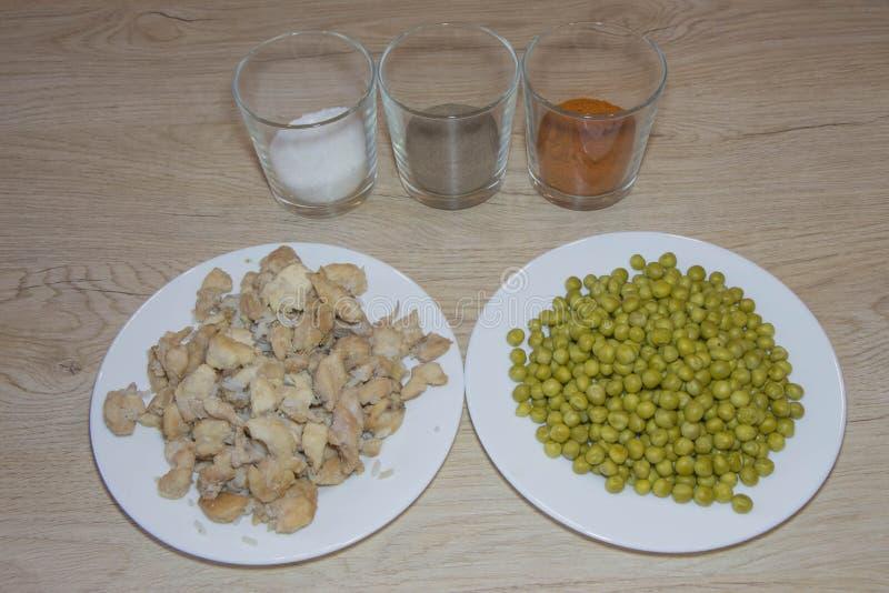 Сделайте китайскую еду Шары с ингридиентами и готовой едой около специй стоковое фото rf