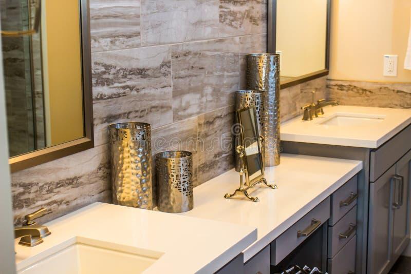 Сделанные по образцу ловкости Knick на современном счетчике ванной комнаты стоковые фотографии rf