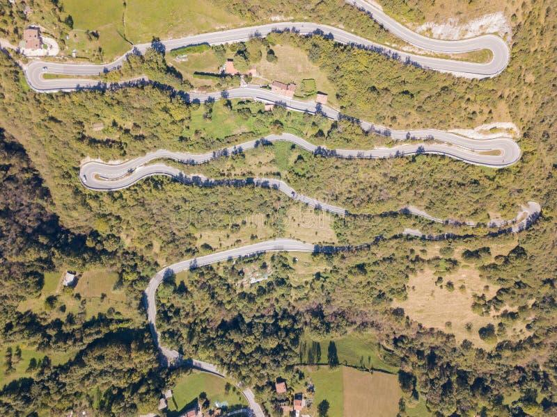 Сделанный вид с воздуха дороги в Италии от деревни Nembro к Selvino стоковое изображение