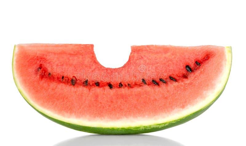 Сдержанный в сладостный кусок арбуза, вид спереди, над белизной стоковое изображение