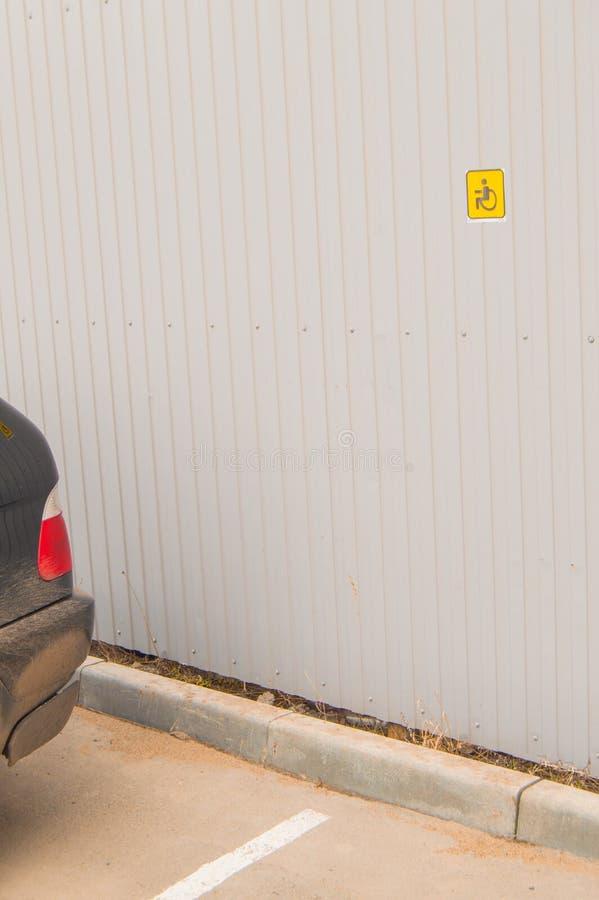 Сдержанный паркуя знак для неработающего небольшого размера на загородке металла, доступной окружающей среде для людей с инвалидн стоковые фото