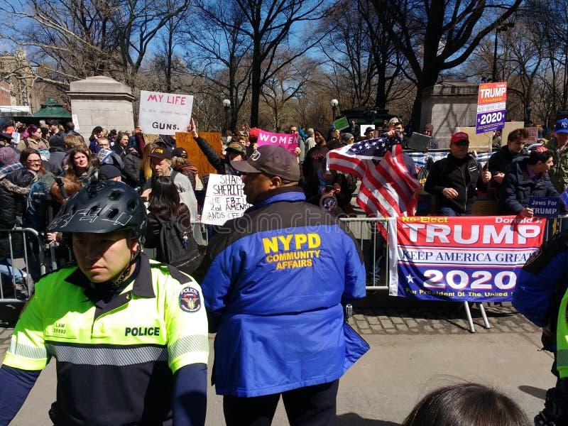 Сдерживание толпы NYC, NYPD, общественные дела, отряд велосипеда, протест -го март на наши жизни, круг Колумбуса, Нью-Йорк, NY, С стоковое фото