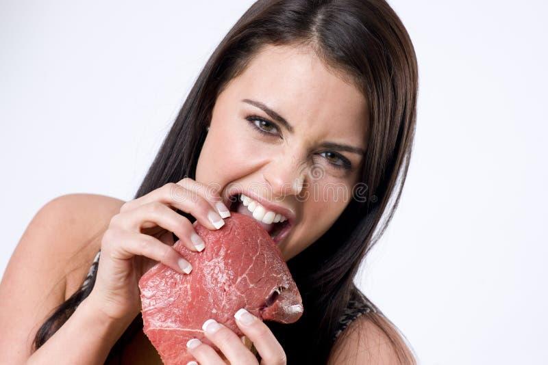 сдерживая мясо девушки сырцовое стоковая фотография rf
