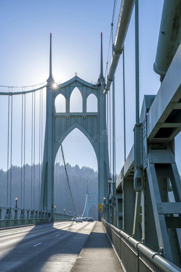 Сдобренный известный мост St. Johns с дорогой и пешеходными дорожками стоковое изображение