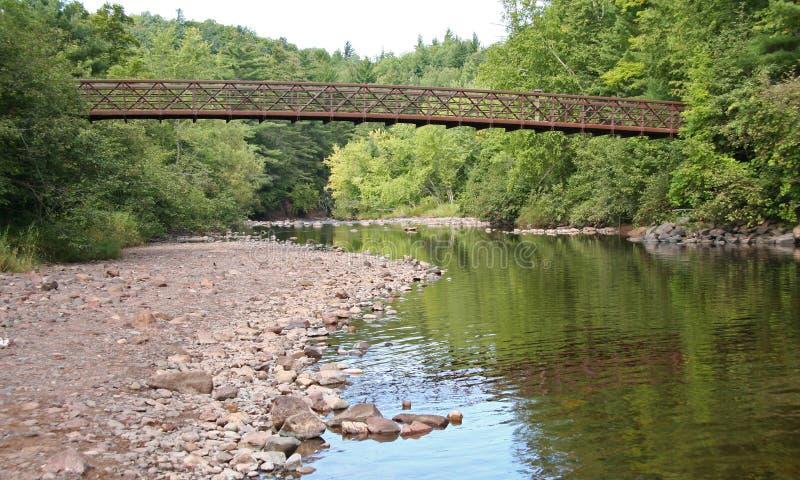 Сдобренный мост над штилевым потоком стоковая фотография rf