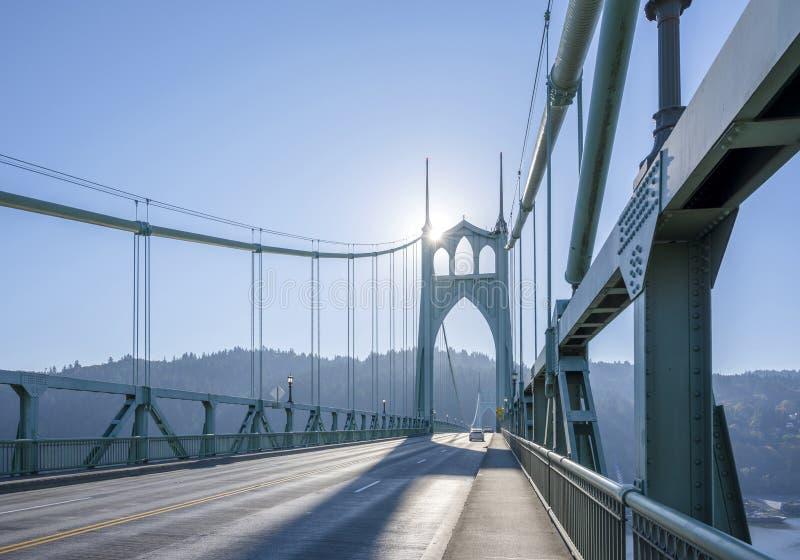Сдобренный мост St. Johns соединяет 2 банка реки Willemette внутри стоковое фото rf
