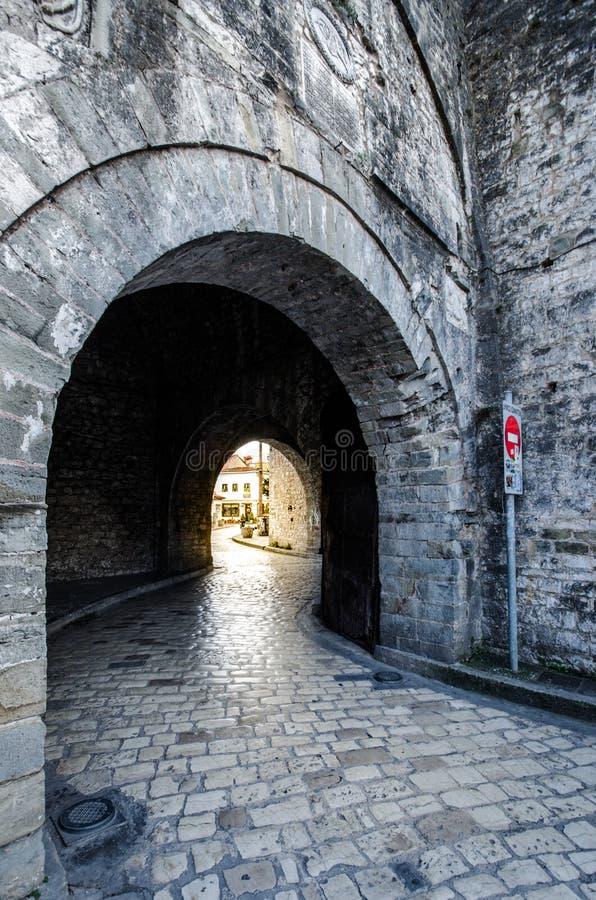 Сдобренный переходный люк в стенах города Янины стоковое изображение