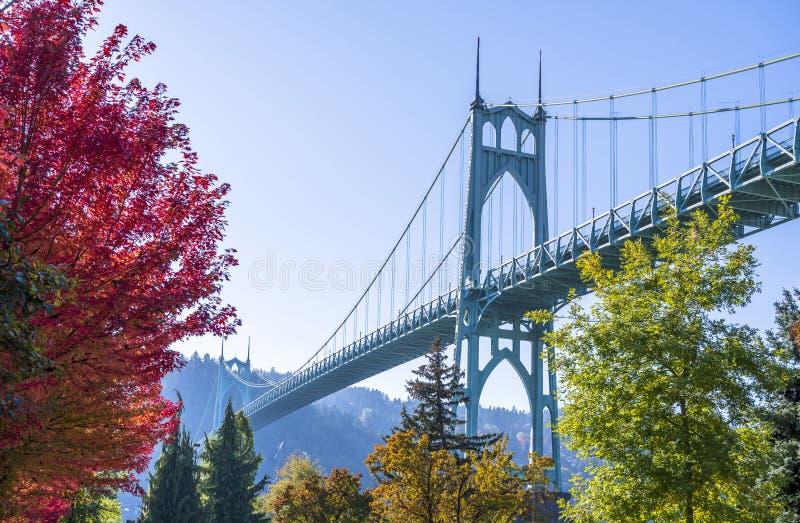 Сдобренный стильный мост St. Johns в Портленде в цветах autu стоковые изображения rf