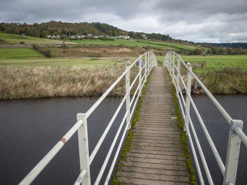 Сдобренный Footbridge над рекой стоковое фото rf