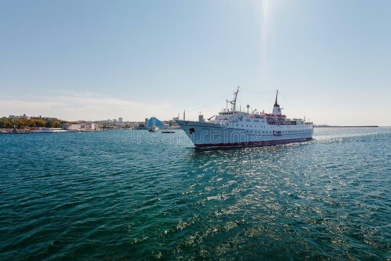 СЕВАСТОПОЛЬ, УКРАИНА - 24-ОЕ АВГУСТА Корабль Adriana стоковые фото