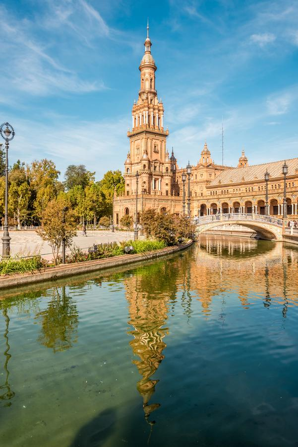Северная башня с отражением в реке на месте Espana в Севилье, Испании стоковые фотографии rf