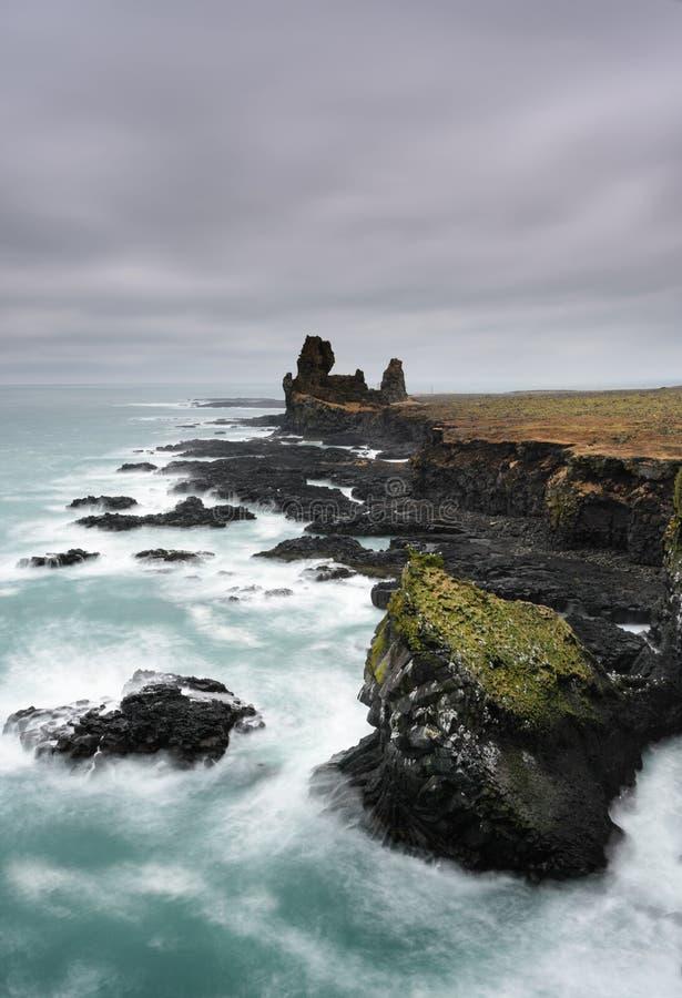 Северная цена Исландии Изумительный исландский ландшафт на скалах Londrangar стоковые фотографии rf